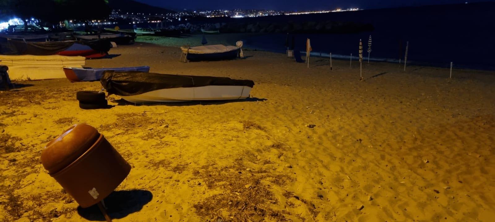 """Gallico, se la spiaggia diventa """"privata"""": decine di ombrelloni piantati giorno e notte"""
