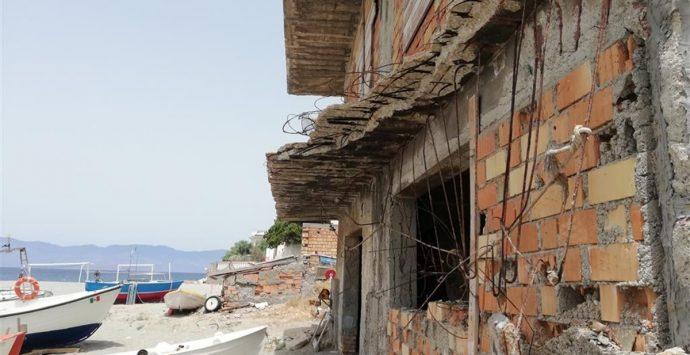 Lazzaro, Crea: «Crolla un pezzo di balcone via Agostino Plutino»