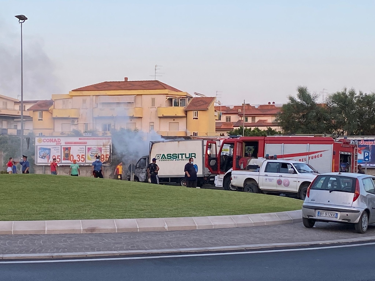 Statale 106, il furgone di un corriere espresso divorato dalle fiamme