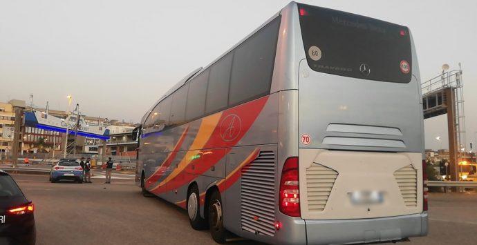Donna positiva a bordo. Bus bloccato agli imbarcaderi di Villa San Giovanni – LIVE