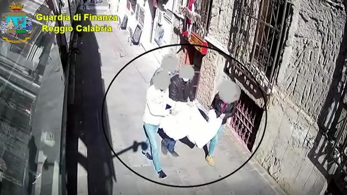 Terremoto nella polizia locale di Reggio Calabria: due agenti arrestati, sette sospesi dalle funzioni