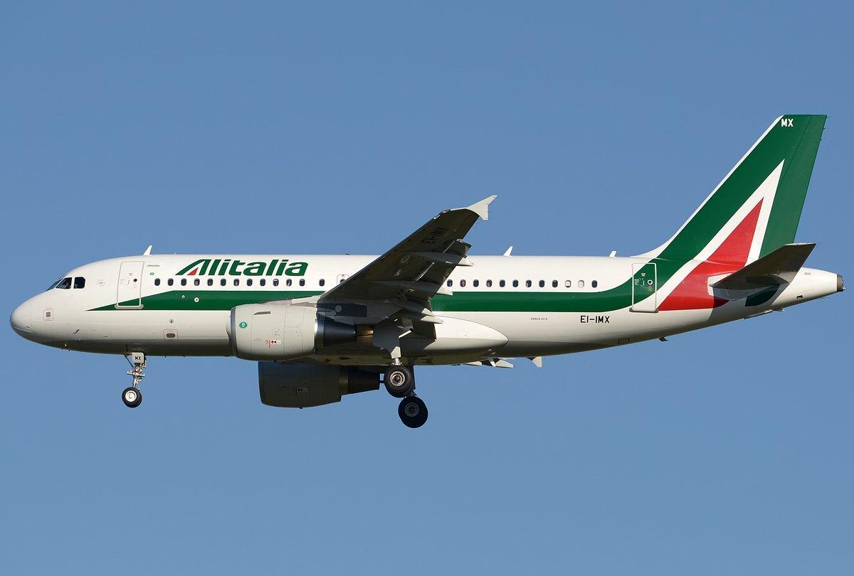 Alitalia, dopo i disagi la compagnia: «Portate solo il bagaglio a mano»