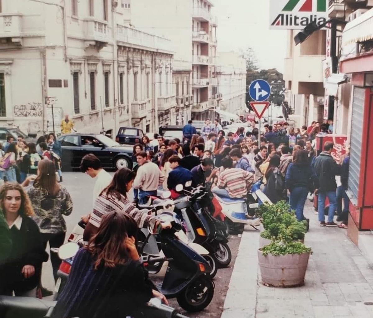 Una foto, i motorini e la gioia di vivere. Cosa resterà di quei favolosi anni '90?