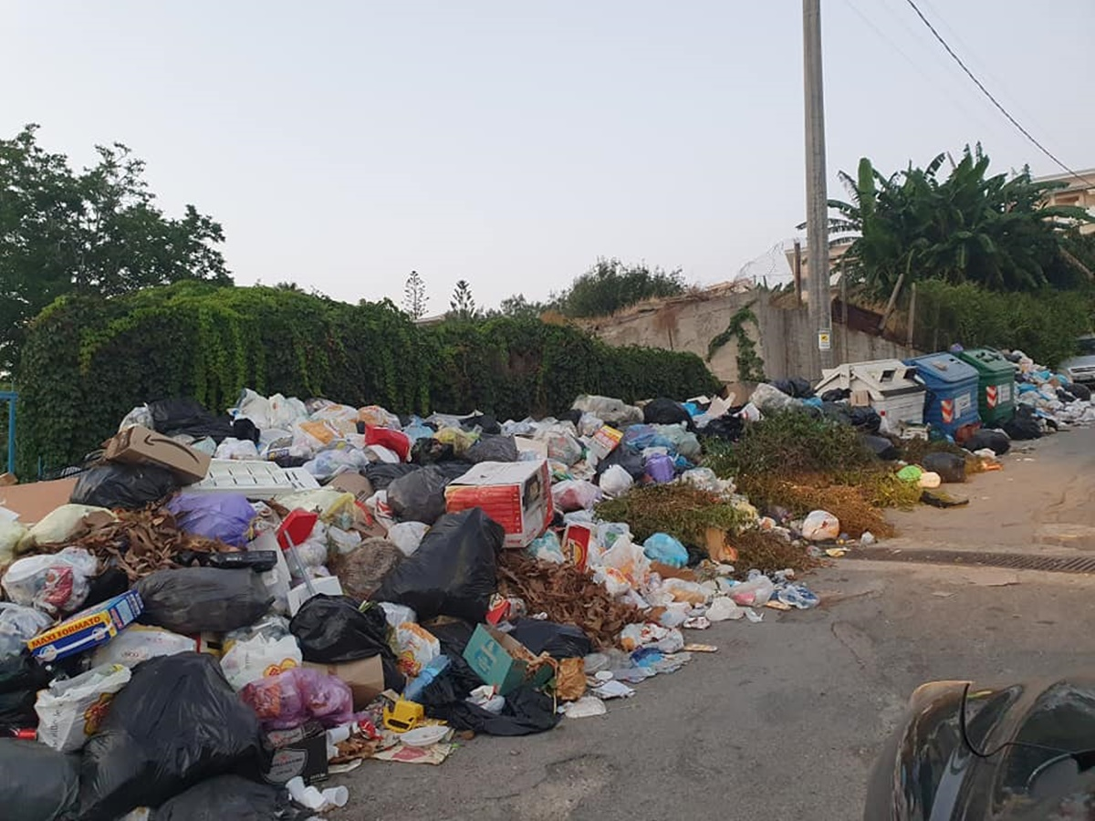 Acqua e rifiuti, città nel caos. «Ma dove sono i sindacati?»
