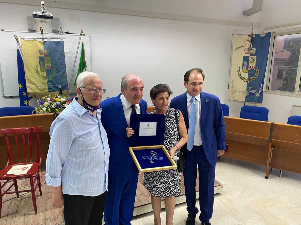 Marina di Gioiosa Jonica, il sindaco consegna le chiavi della città a Rocco Commisso