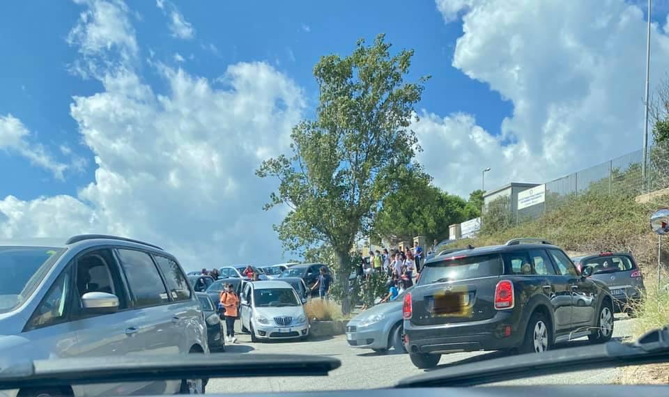 Villa San Giovanni, la denuncia: ingresso a scuola pericoloso niente vigili urbani e marciapiede
