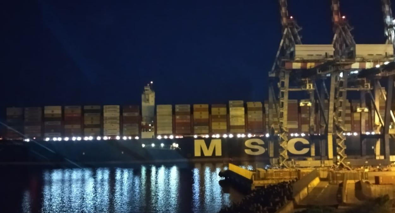 Gioia Tauro: la maestosa Msc Gulsum entra in porto anche di notte