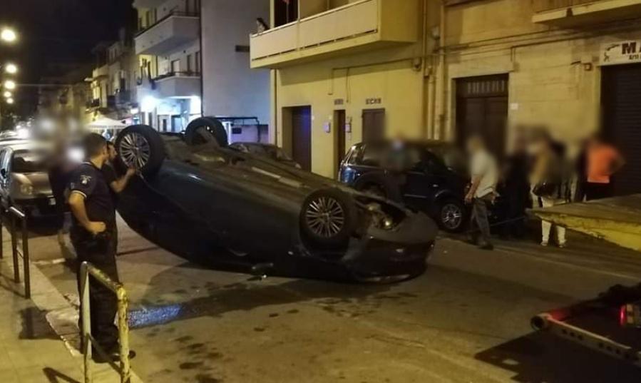 Reggio Calabria, paura in via Sbarre centrali: autovettura si ribalta