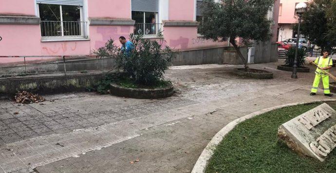 Palmi, operai e volontari a lavoro per ripulire la città