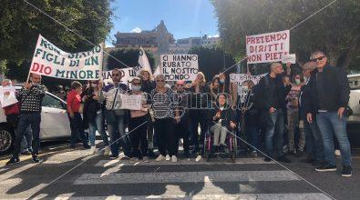 La rabbia dei disabili reggini in piazza: «Non siamo figli di un Dio minore, ci siano garantiti in nostri diritti»