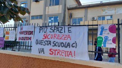 Locri, la protesta continua: gli studenti occupano il cortile del liceo Mazzini